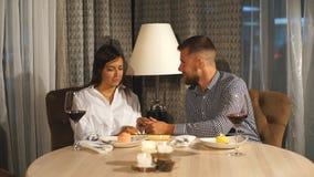 Νέοι εύθυμοι άνδρας και γυναίκα που χρονολογούν και χρόνος εξόδων μαζί στον καφέ φιλμ μικρού μήκους