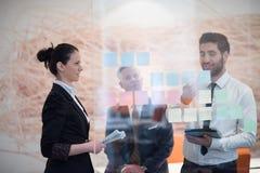 Νέοι δημιουργικοί επιχειρηματίες με το ανώτερο CEO Στοκ Φωτογραφίες
