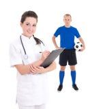 Νέοι θηλυκοί γιατρός και ποδοσφαιριστής στο μπλε στο άσπρο backgroun στοκ φωτογραφία