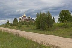 Νέοι θόλοι στη restorative εκκλησία του Άγιου Βασίλη στον του χωριού μέσο όρο & x28 Olyushin& x29  Περιοχή Verhovazhskogo, περιοχ στοκ φωτογραφία με δικαίωμα ελεύθερης χρήσης