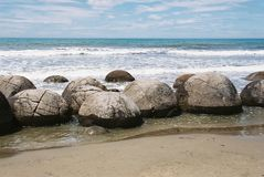 Νέοι διάσημοι Moeraki λίθοι Zealand's (Kaihinaki) Στοκ Εικόνες