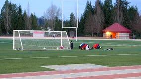 Νέοι Ισλάμ που προσεύχονται για το Θεό τους πριν από το παιχνίδι ποδοσφαίρου απόθεμα βίντεο