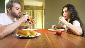 Νέοι καυκάσιοι άνδρας και γυναίκα που πίνουν το ενωμένα με διοξείδιο του άνθρακα ποτό και το μεταλλικό νερό απόθεμα βίντεο