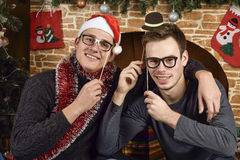 Νέοι κοντά στο χριστουγεννιάτικο δέντρο Στοκ εικόνες με δικαίωμα ελεύθερης χρήσης