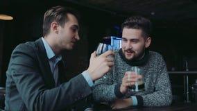 Νέοι κύριοι που έχουν τη διασκέδαση στο μπαρ, που μιλούν ενεργά και που ψήνουν Λέσχη Man's, αρσενικές παραδόσεις ενεργός τρόπος απόθεμα βίντεο