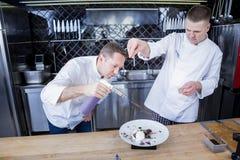 Νέοι μάγειρες που ασκούν τις νέες τεχνολογίες στην κουζίνα στοκ φωτογραφία