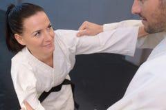 Νέοι μαχητές τζούντου γυναικών και ανδρών στην αθλητική αίθουσα στοκ εικόνες