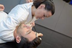 Νέοι μαχητές τζούντου γυναικών και ανδρών στην αθλητική αίθουσα στοκ φωτογραφία με δικαίωμα ελεύθερης χρήσης