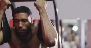 Νέοι μαύροι αρσενικοί πρότυποι μυ'ες τεντωμάτων πριν από την άσκηση απόθεμα βίντεο