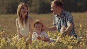 14) Νέοι μητέρα και πατέρας που δίνουν στο παιδί τους ένα φιλί απόθεμα βίντεο