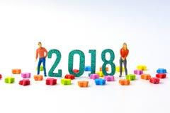 2018 νέοι μικροσκοπικοί αριθμοί ανδρών και γυναικών έννοιας έτους που στέκονται το ο Στοκ εικόνες με δικαίωμα ελεύθερης χρήσης