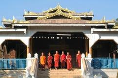 Νέοι μοναχοί που θέτουν μπροστά από το δασικό μοναστήρι Maing Thauk Στοκ Εικόνα