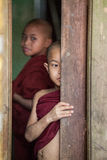 Νέοι μοναχοί που κοιτάζουν από ένα παράθυρο Στοκ φωτογραφίες με δικαίωμα ελεύθερης χρήσης