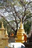 Νέοι μοναχοί που παίζουν μεταξύ των stupas σε Angkor Wat Στοκ εικόνες με δικαίωμα ελεύθερης χρήσης