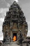 Νέοι μοναχοί στους ναούς Angkor Στοκ Εικόνες