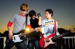 Νέοι μουσικοί που θέτουν με τα όργανα Στοκ εικόνες με δικαίωμα ελεύθερης χρήσης