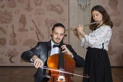 Νέοι μουσικοί του ντουέτου συμφωνικών ορχηστρών στοκ εικόνα με δικαίωμα ελεύθερης χρήσης