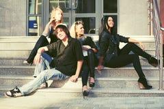 Νέοι μόδας που κάθονται στα βήματα Στοκ Εικόνες
