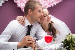 Νέοι νεόνυμφος και νύφη Στοκ Φωτογραφίες