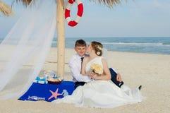Νέοι νύφη και νεόνυμφος στην παραλία Στοκ Φωτογραφίες