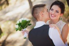 Νέοι νύφη και νεόνυμφος Στοκ φωτογραφία με δικαίωμα ελεύθερης χρήσης