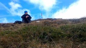 Νέοι οδοιπόροι που έχουν το μεσημεριανό γεύμα σε μια κορυφογραμμή βουνών, timelapse φιλμ μικρού μήκους