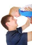 Νέοι πατέρας και γιος Στοκ φωτογραφία με δικαίωμα ελεύθερης χρήσης