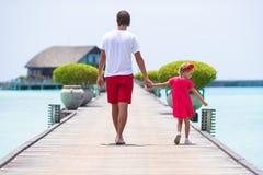 Νέοι πατέρας και μικρό κορίτσι κατά τη διάρκεια τροπικού Στοκ Εικόνες