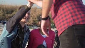 Νέοι που έχουν τη διασκέδαση στην ακτή φιλμ μικρού μήκους