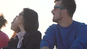 Νέοι που έχουν τη διασκέδαση στην ακτή απόθεμα βίντεο