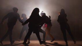 Νέοι που ασκούν το χορό πριν από την επίδειξη πρόβα να σημειώσει πρόοδο στο χορό να χορεψει από κοινού απόθεμα βίντεο