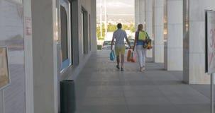 Νέοι που αφήνουν το εμπορικό κέντρο ευχαριστημένο από τις αγορές απόθεμα βίντεο