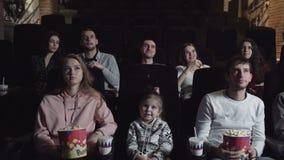 Νέοι που γελούν στη διασκεδάζοντας κωμωδία προσοχής κινηματογράφων απόθεμα βίντεο