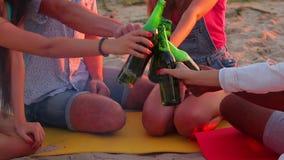 Νέοι που γιορτάζουν γενέθλια απόθεμα βίντεο