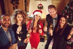 Νέοι που γιορτάζουν το νέο έτος Στοκ εικόνα με δικαίωμα ελεύθερης χρήσης