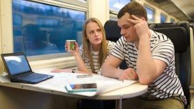 Νέοι που εργάζονται με το σχέδιο στο τραίνο απόθεμα βίντεο