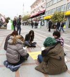 Νέοι που διαβάζουν την οδό Στοκ Φωτογραφίες