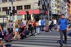 Νέοι που διασχίζουν την οδό με τις τσάντες ταξιδιού, WROCLAW, ΠΟΛΩΝΊΑ - 12 09 2016 Στοκ Εικόνες