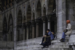 Νέοι που κάθονται μπροστά από το μουσουλμανικό τέμενος στοκ φωτογραφίες