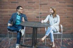 Νέοι που κάθονται στο patio Στοκ φωτογραφία με δικαίωμα ελεύθερης χρήσης