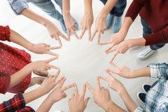 Νέοι που κάνουν τον κύκλο με τα χέρια τους Στοκ φωτογραφίες με δικαίωμα ελεύθερης χρήσης