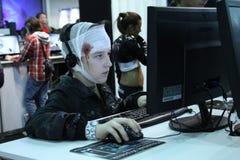 Νέοι που παίζουν τα τηλεοπτικά παιχνίδια Στοκ εικόνα με δικαίωμα ελεύθερης χρήσης