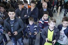 Νέοι που παίζουν τα τηλεοπτικά παιχνίδια Στοκ φωτογραφία με δικαίωμα ελεύθερης χρήσης