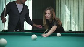 Νέοι που παίζουν το μπιλιάρδο σε έναν φραγμό μπαρ λεσχών απόθεμα βίντεο