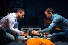 Νέοι που παίζουν το σκάκι στοκ φωτογραφία με δικαίωμα ελεύθερης χρήσης
