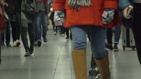 Νέοι που περπατούν στο μακρύ διάδρομο στον τελικό ή σιδηροδρομικό σταθμό αερολιμένων απόθεμα βίντεο