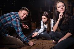Νέοι που σκέφτονται και κινούμενα μέρη ενός αινίγματος για να βγεί Στοκ Εικόνες