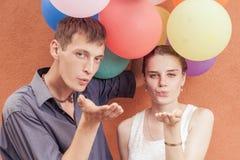 Νέοι που στέλνουν ένα φιλί χτυπήματος στη κάμερα Στοκ Φωτογραφία