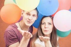 Νέοι που στέλνουν ένα φιλί χτυπήματος στη κάμερα Στοκ φωτογραφία με δικαίωμα ελεύθερης χρήσης