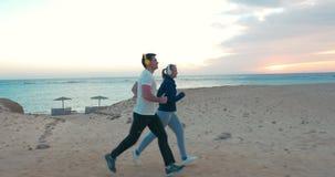 Νέοι που στην παραλία στο ηλιοβασίλεμα απόθεμα βίντεο